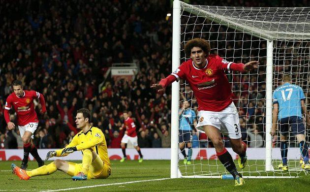 Záložník Manchesteru United Marouane Fellaini slaví gól v síti Stoke. Vlevo je smutný brankář Asmir Begovič.