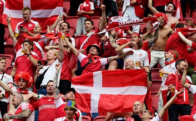 Dánští fanoušci měli v hledišti během osmifinále EURO výraznou převahu nad příznivci Walesu.