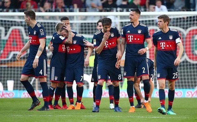 Fotbalisté Bayernu Mnichov získali v německé lize šestý mistrovský titul v řadě a celkově 28. Rozhodli pět kol před koncem výhrou 4:1 v Augsburgu.