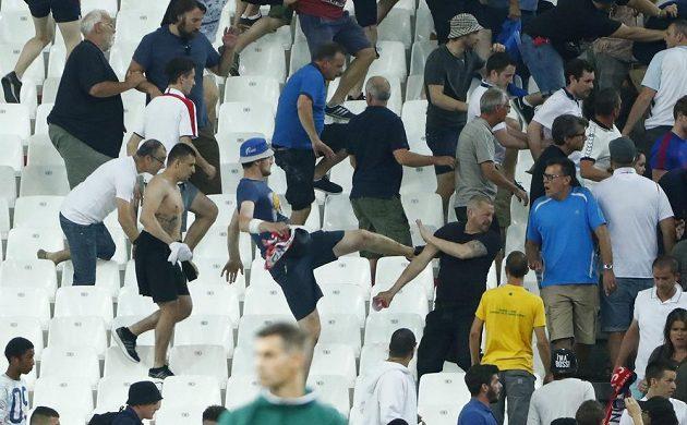 Nepokoje na tribunách bezprostředně po skončení zápasu.