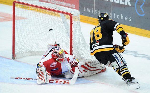 Litvínovský útočník Robin Hanzl (vpravo) překonává slávistického brankáře Adama Svobodu v utkání 52. kola hokejové Tipsport extraligy.
