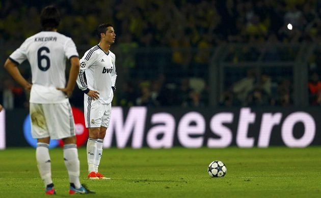 Cristiano Ronaldo a Sami Khedira (6) nevěří svým očím - středeční duel v Dortmundu fotbalistům Bílého baletu vůbec nevyšel.
