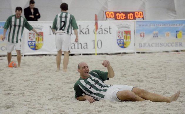 Jan Koller (vpředu) si utkání turnaje v plážovém fotbalu viditelně užíval.