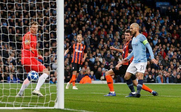 Střelec Manchester City David Silva dává první gól v utkání Ligy mistrů se Šachtarem Doněck.