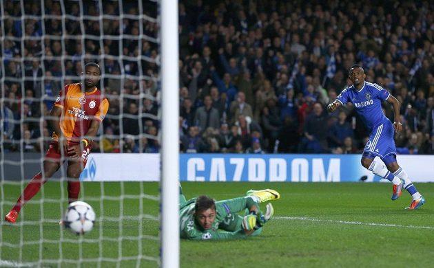 Útočník Chelsea Samuel Eto'o překonává brankáře Galatasaraye Fernanda Musleru.