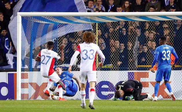Ibrahim-Benjamin Traoré (27) pohodlně poslal míč do sítě. Gólman Genku Daniel Vukovic se srazil se Sebastienem Dewaestem (druhý zleva).