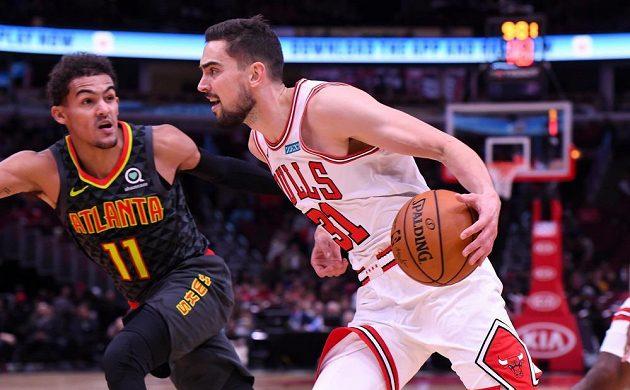 Rozehrávač Chicaga Tomáš Satoranský se snaží prosadit v přípravném utkání před startem NBA.