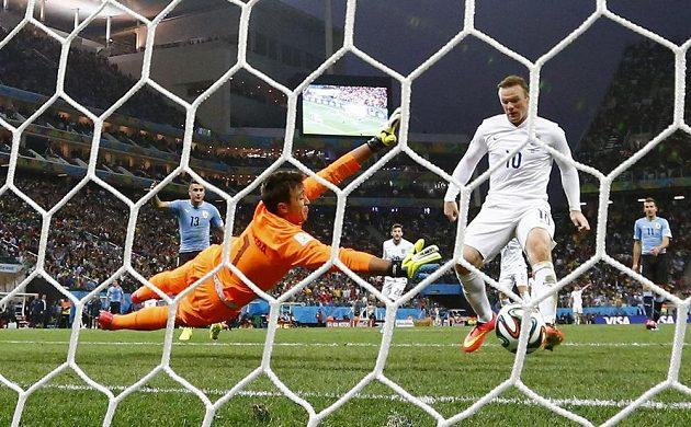 Wayne Rooney (vpravo) se ale přece jen dočkal, takhle vyrovnával.