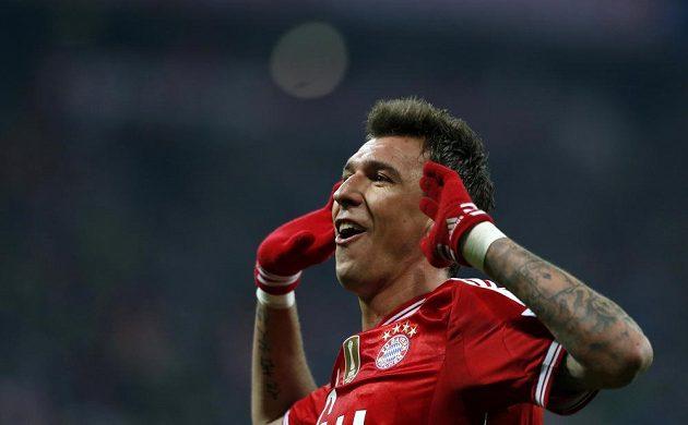 Útočník Mario Mandžukič oslavuje svou trefu v duelu proti Schalke.
