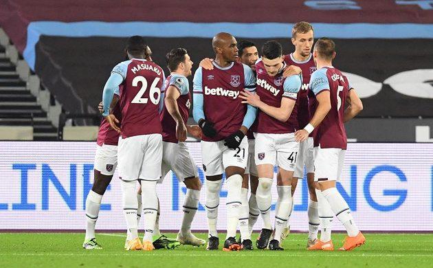 Radost hráčů West Hamu po gólu, který dal Aston Ville Angelo Ogbonna (21).