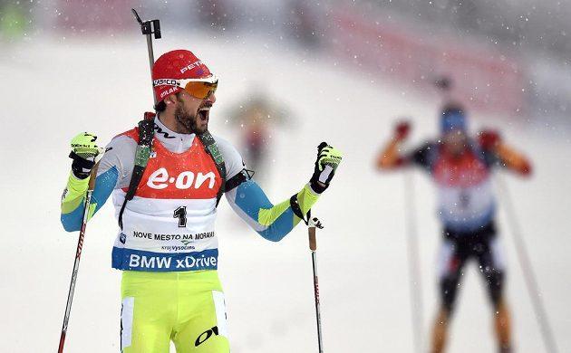 Jakov Fak ze Slovinska oslavuje vítězství ve stíhacím závodu ve Vysočina areně.
