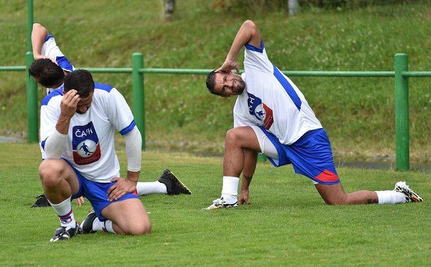 Fotbalista Milan Baroš se protahuje.