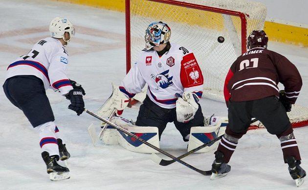 Útočník Sparty Lukáš Klimek (vpravo) střílí gól brankáři Mannheimu Youri Ziffzerovi. Vlevo přihlíží útočník Mannheimu Marcus Kink.