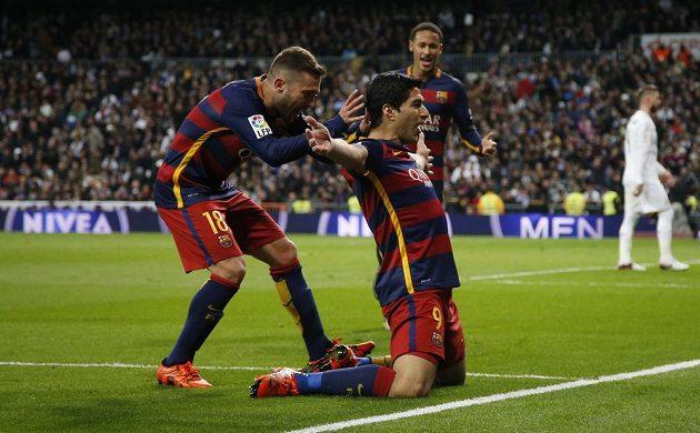 Barcelonský útočník Luis Suárez (č. 9) se raduje se spoluhráči z gólu proti Realu Madrid. Vlevo je obránce Jordi Alba, vzadu přibíhá Neymar.