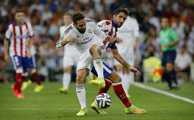 Obránce Realu Madrid Daniel Carvajal (vlevo) v souboji s Raúlem Garcíou z Atlétika v prvním zápase španělského Superpoháru.