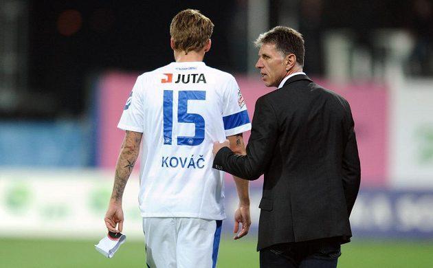 Zraněný obránce Slovanu Liberec Radoslav Kováč (vlevo) a trenér Jaroslav Šilhavý během utkání v Doosan areně v Plzni.