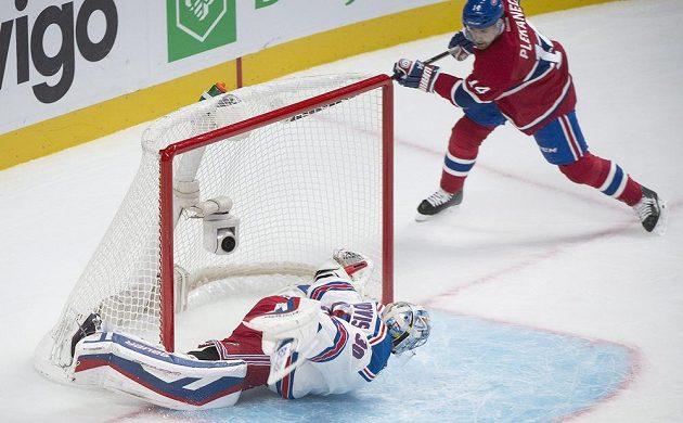 Útočník Montrealu Tomáš Plekanec střílí gól brankáři New York Ranger Henriku Lundqvistovi.