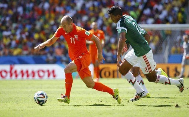 Motor nizozemského celku Arjen Robben (vlevo) vyráží na zteč, sleduje ho Francisco Rodríguez.