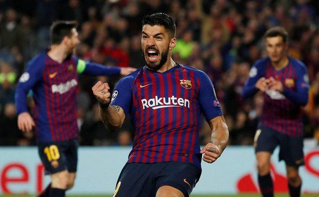 Barcelonský Luis Suárez bouřlivě oslavuje trefu spoluhráče Philippeho Coutinha v utkání Ligy mistrů.