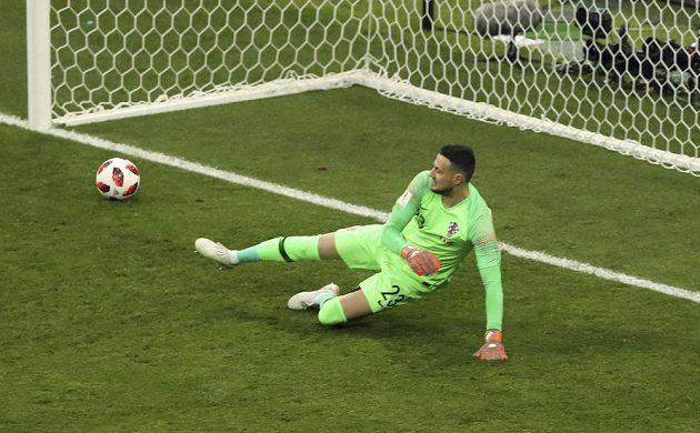 Chorvatský brankář Danijel Subašič inkasuje gól z pokutového kopu.