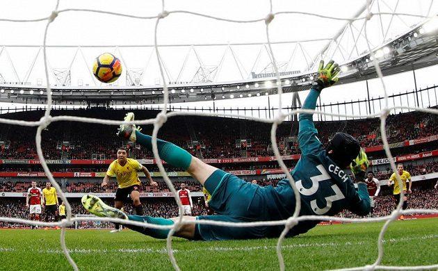 Brankář Arsenalu Petr Čech vychytal penaltu Troyi Deeneymu.