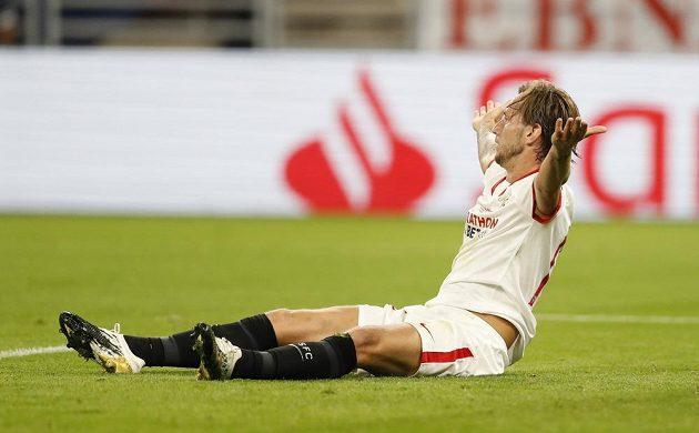 Ivan Rakitič ze Sevilly se ocitl na zemi, španělský klub kopal penaltu.