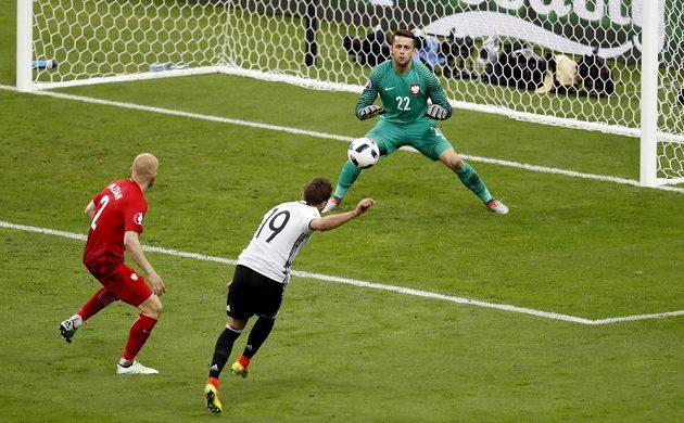 Německý fotbalista Mario Götze (19) v šanci během utkání s Polskem.