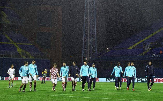 Chorvatští fotbalisté odcházejí do kabiny poté, co bylo jejich utkání s Kosovem kvůli nepřízni počasí předčasně ukončeno.
