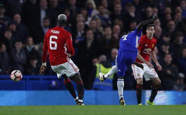 N'Golo Kanté střílí jediný gól čtvrtfinále mezi Chelsea a Manchesterem United.