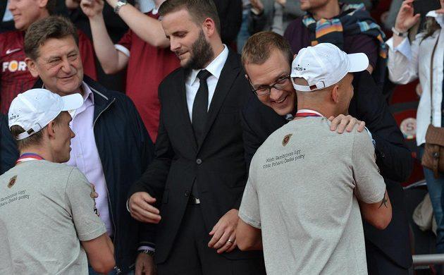 Daniel Křetínský a Roman Bednář (vlevo) se objímají během předávání poháru pro mistra ligy.