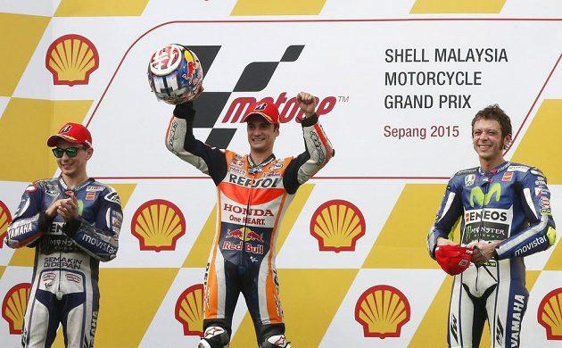 Stupně vítězů po Velké ceně Malajsie ve třídě MotoGP. Zleva Jorge Lorenzo, vítěz Dani Pedrosa a třetí v cíli Valentino Rossi, který odstartuje do další Velké ceny z posledního místa.