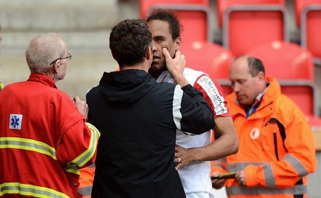 Obránce Slavie Praha Fernando Neves během ošetřování v utkání s Jabloncem.