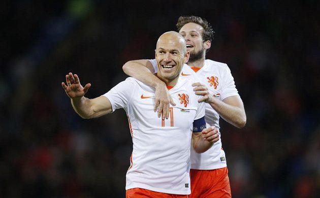 Nizozemský technik Arjen Robben (vlevo) oslavuje svoji trefu v duelu s Walesem se spoluhráčem Daleym Blindem.