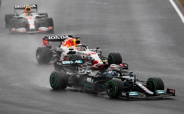 Valtteri Bottas ve vedení a za ním pilot Red Bullu Max Verstappen během Velké ceny Turecka.