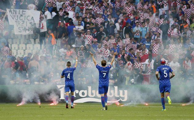 Chorvatští příznivci zaházeli hřiště světlicemi a dělbuchy, neuklidnili je ani vlastní hráči.