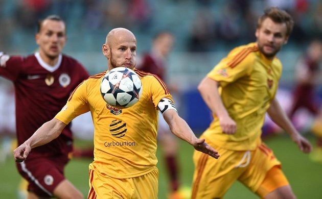 Záložník Dukly Praha Patrik Gedeon si kryje míč v zápase se Spartou.