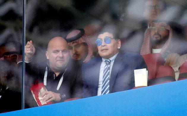 Slavný Diego Maradona nechyběl v hledišti při úvodním duelu MS.