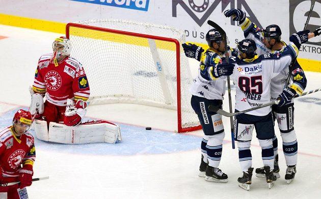 Hráči Vítkovic se radují z gólu. V třinecké brance je překonaný Peter Hamerlík.