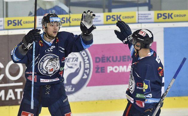 Útočníci Liberce Martin Bakoš (vlevo) a Michal Bulíř se radují z gólu.