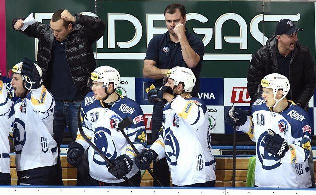 Plzeňská střídačka a trenéři (zleva): Ladislav Čihák, Jaroslav Špaček a Michal Straka oslavují vítězství proti Slavii.