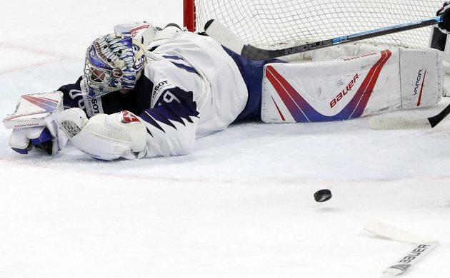 Francouzský gólman Florian Hardy leží zklamaně na ledě poté, co inkasoval gól od Švýcarska v utkání mistrovství světa.