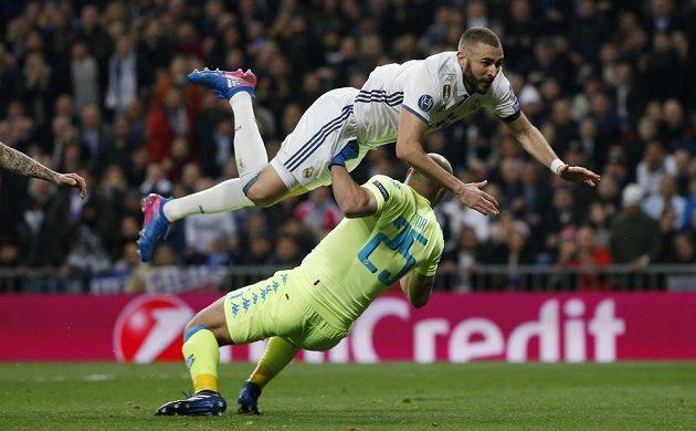 Střet Karima Benzemy z Realu Madrid s brankářem Neapole Josém Reinou.