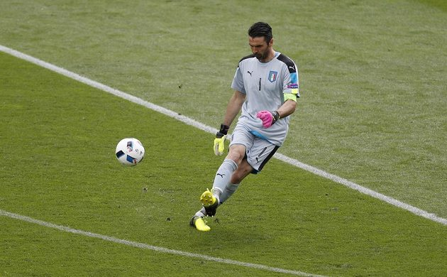 Italský brankář Gianluigi Buffon rozehrává míč v duelu se Švédskem.