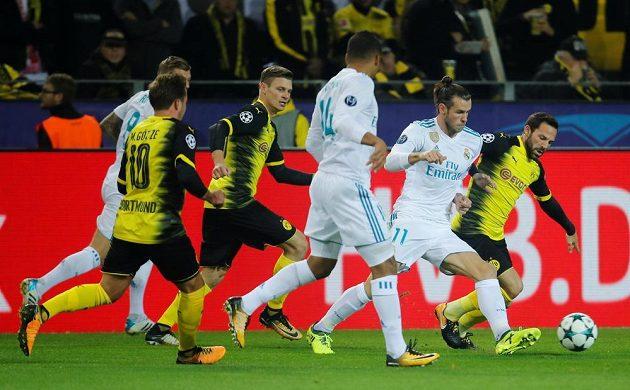 Gareth Bale (druhý zprava) z Realu Madrid se prodírá obranou Dortmundu.