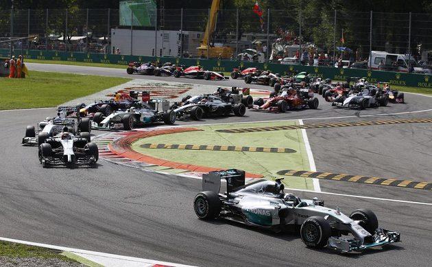 Po startu se dostal do vedení Nico Rosberg.