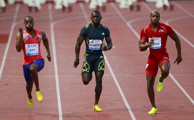 Sprinteři Tyson Gay z USA (první zleva), Jamajčan Nickel Ashmeade a Asafa Powell (první vpravo) v závodu na 100 metrů na Diamantové lize v Lausanne.