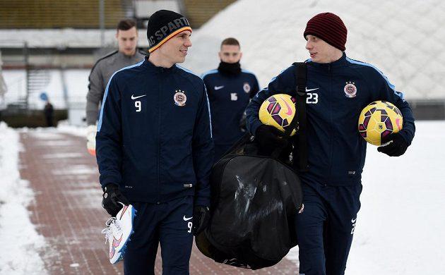 Bořek Dočkal (vlevo) a Ladislav Krejčí přicházejí na první zimní trénink Sparty.