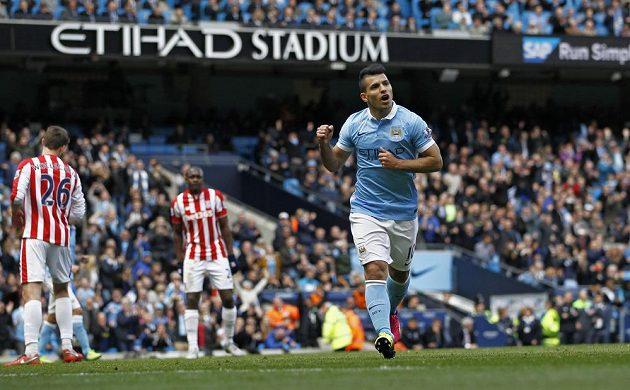 Sergio Agüero z Manchesteru City jásá po gólu proti Stoke City.