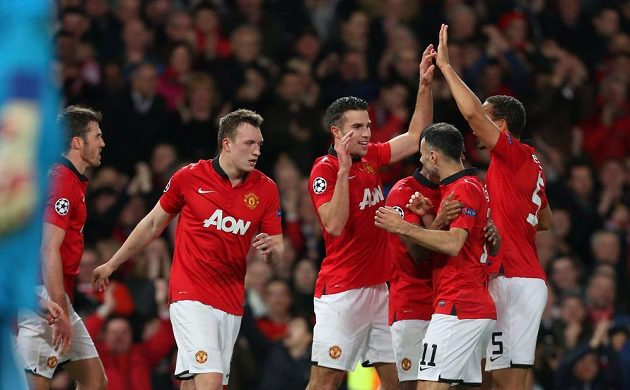 Útočník Manchester United (třetí zleva) Robin van Persie slaví se spoluhráči gól proti Olympiakosu Pireus.