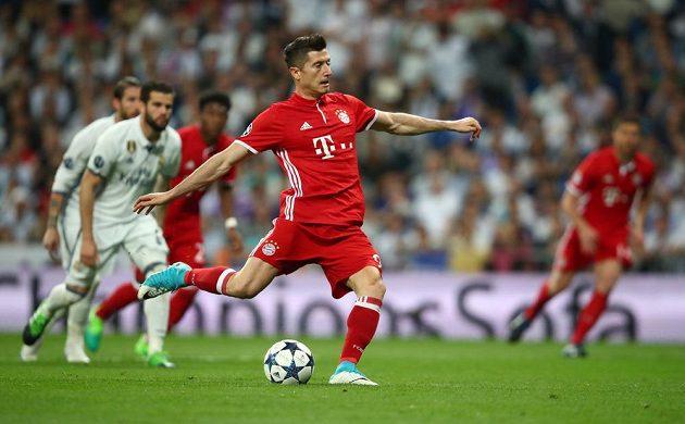 Polský kanonýr Robert Lewandowski střílí z penalty gól Bayernu Mnichov ve čtvrtfinálové odvetě Ligy mistrů s Realem Madrid.